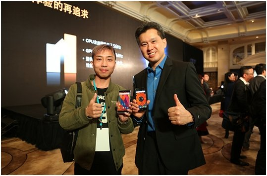 Rechts im Bild MediaTek Product Planning Director Yenchi Lee Links Apollo (MT6797) , Rechts Thor (MT6753)