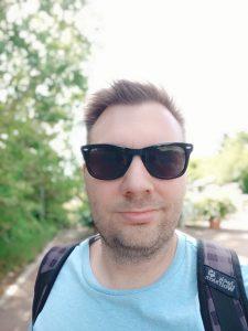 Front Kamera Portrait 02 e1531060389830 225x300